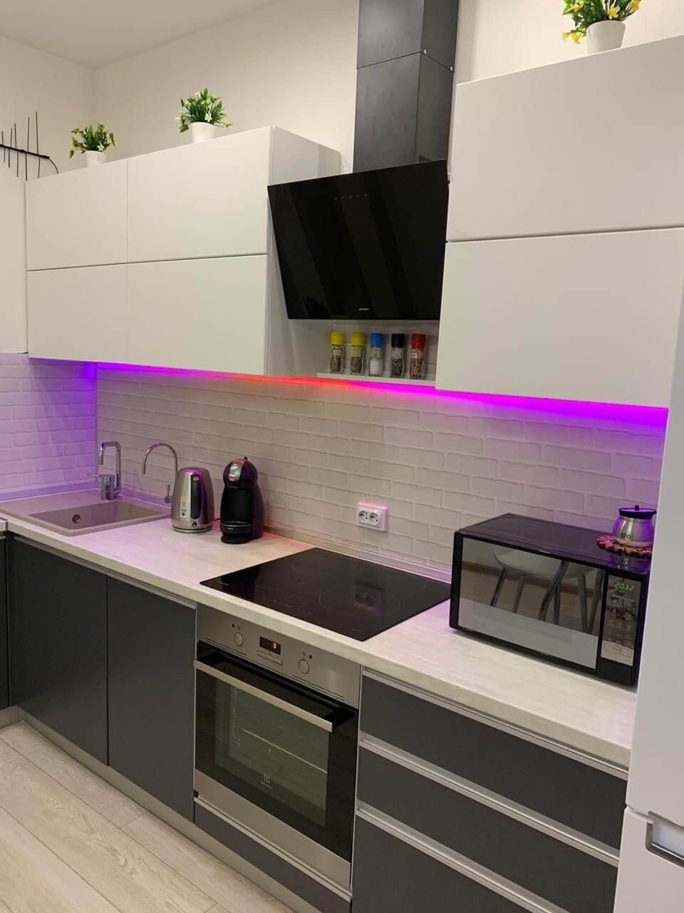 Бело-серая кухня с подсветкой на заказ в Архангельске