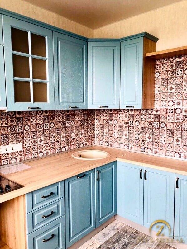 Кухня с голубыми фасадами на заказ в Архангельске